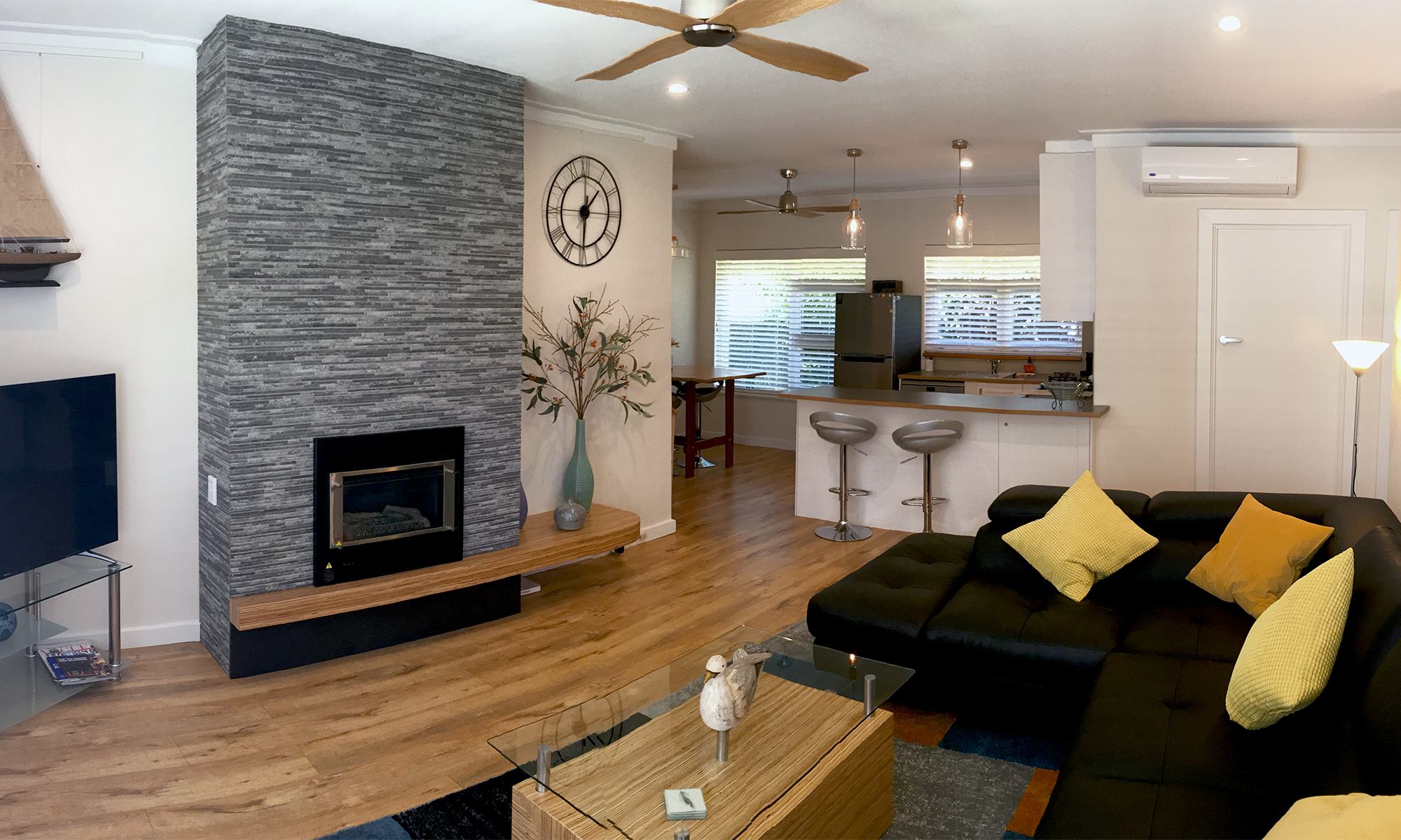 Adelaide beach holiday accommodation lounge, dining and kitchen